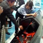 東京ビッグサイトで展示されているマシンをみながらボブスレーの話をするメンバー