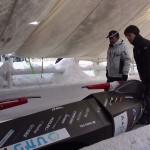 氷上コースに入る2号機